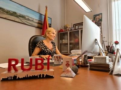 L'alcaldessa durant la sessió inaugural, que ha estat telemàtica (foto: Ajuntament de Rubí).