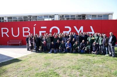 L'alcaldessa amb les 61 persones que es van contractar al febrer a través de Plans d'Ocupació (foto: Ajuntament de Rubí – Lali Álvarez).