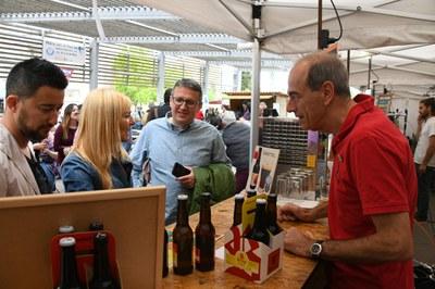 L'alcaldessa i el regidor de comerç han visitat la fira dissabte al migdia (foto: Ajuntament de Rubí - Localpres).