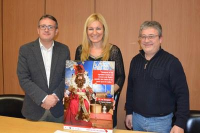 El regidor de comerç, l'alcaldessa i el president de Comerç Rubí amb el cartell de la campanya.