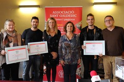 Els restauradors que han servit les millors tapes amb l'alcaldessa, la presidenta de Sant Galderic i el regidor de comerç (foto: Localpres).