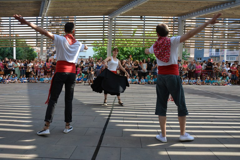 Monitors de l'Esbart Dansaire de Rubí, ballant 'Les Danses de Vilanova' (foto: Localpres)