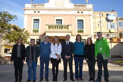 Representants d'ASAV, Leroy Merlin i Ecodes amb l'alcaldessa i el regidor de Desenvolupament Econòmic Local davant el consistori (foto: Localpres).