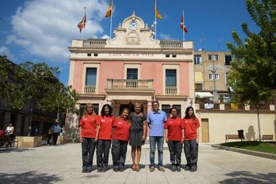 Les cinc agents amb l'alcaldessa Ana María Martínez i el regidor de l'Àrea de Desenvolupament Econòmic Local Rafael Güeto(foto: Localpres).