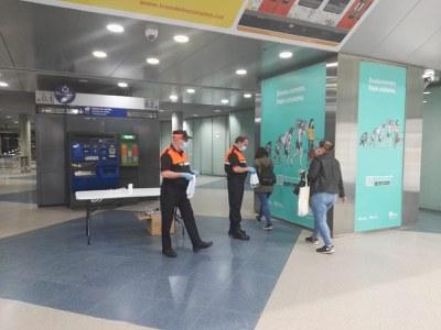 Voluntaris de Protecció Civil al vestíbul dels FGC (Foto:Ajuntament).