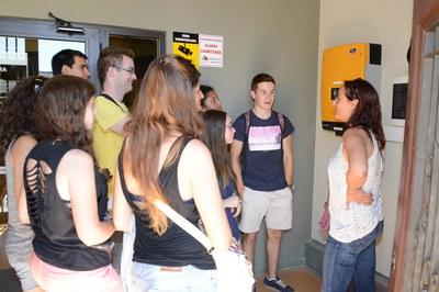 Tècnics del projecte Rubí Brilla han mostrat als estudiants part del sistema de fotovoltaica de la Masia de Can Serra (foto: Localpres).