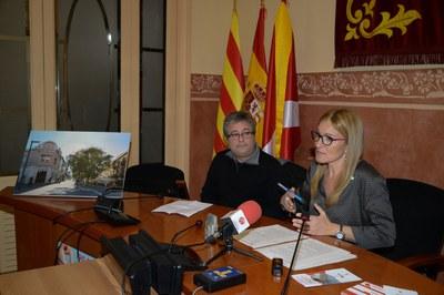 L'alcaldessa i el president de Comerç Rubí amb la imatge del carrer Maximí Fornés després de les obres (foto: Locapres).