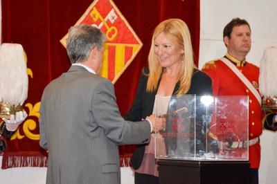 El president de la Mesa d'Edat ha lliurat el bastó de comandament a l'alcaldessa (foto: Ajuntament de Rubí - Localpres).
