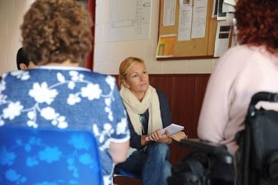 Durant les reunions amb els diferents col·lectius, l'alcaldessa ha pres nota de totes les propostes plantejades (foto: Lolcalpres).
