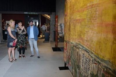 L'alcaldessa i el regidor de Cultura, visitant la mostra amb Anna Tamayo (foto: Localpres).