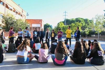 L'alcaldessa i els regidors han pogut saludar el nou alumnat de secundària de l'Institut Escola Teresa Altet (foto: Ajuntament de Rubí – Localpres).