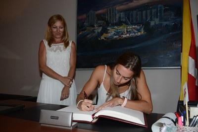 Bea Ortiz ha signat al llibre d'honor de l'Ajuntament (foto: Localpres)
