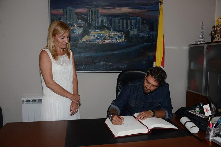 Orozco també ha signat al llibre d'honor del consistori (foto: Localpres)