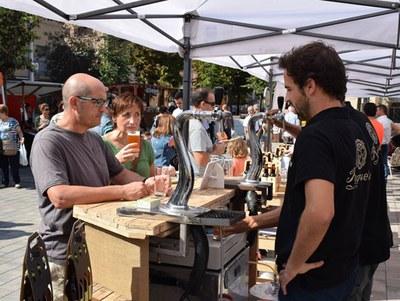 Els ciutadans han pogut tastar cerveses i formatges (foto: Localpres).