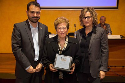 El regidor amb les representants de Calçats Bendranas (foto: Localpres).