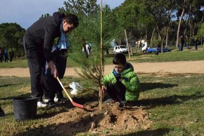 Durant el Dia de l'arbre autòcton, els participants poden plantar arbres i arbustives (foto: Localpres).