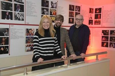 L'alcaldessa, el regidor i el director de La Sala, al teatre municipal (foto: Ajuntament de Rubí – Localpres).