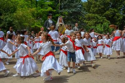 Els infants de l'Escola de l'Esbart, durant la dansa dels Xatos (foto: Localpres).