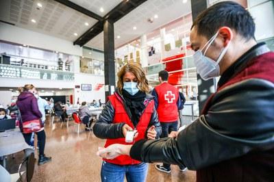 La Creu Roja dona suport en l'organització del cribratge (foto: Ajuntament de Rubí - Lali Puig).