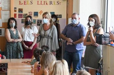 L'alcaldessa i el regidor d'Infància i Educació, saludant una de les classes de l'Escola Joan Maragall.