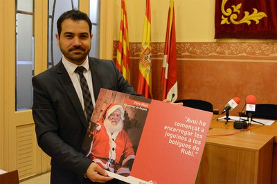 El regidor Jaume Buscallà amb la imatge de la campanya de Nadal (foto: Localpres).