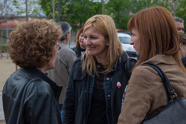 Ana María Martínez i Marta García, parlant amb una de les rubinenques que han assistit a la inauguració del parc (foto: Localpres)