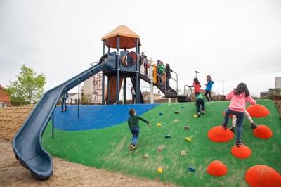 El parc compta amb diversos jocs infantils multiactivitat, pensats per a diferents grups d'edat (foto: Localpres)