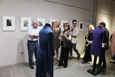 L'alcaldessa i la promotora de la mostra, observant un dels dissenys de Maria Illa Gumà (foto: Ajuntament – Localpres).
