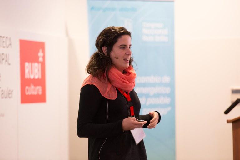 """La tècnica del projecte Rubí Brilla, Irene Pérez, ha parlat sobre """"Potencial autoconsum industrial (ICGC), fotolineres i autoconsum a Rubí"""" (foto: Localpres)"""