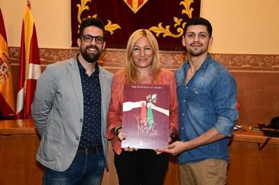 Moisés Rodríguez, Ana María Martínez i Santiago Granizal, mostrant el cartell de la Festa Major 2018 (foto: Localpres).
