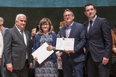 Rosa González i Rafael Güeto, amb els certificats del Banc de Bones Pràctiques dels Governs Locals (foto: Ajuntament de Rubí – Lali Puig).