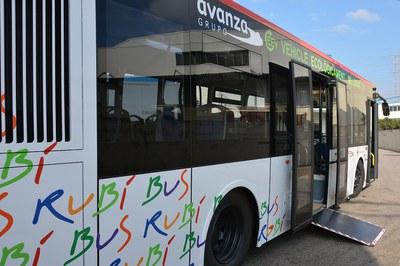 Per evitar contagis, les persones usuàries han d'accedir al bus per la porta central (foto: Ajuntament de Rubí).