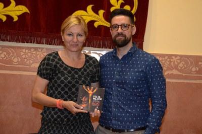 L'alcaldessa i el regidor de Cultura amb el programa de mà de la Festa Major (foto: Localpres).