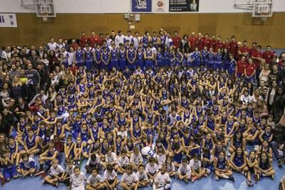 Els equips i l'afició del CEB Sant Jordi a la pista de l'escola Montserrat (foto: Lali Puig).