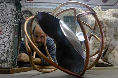 Rafa Gascón fotografiat al seu taller (foto: Localpres).