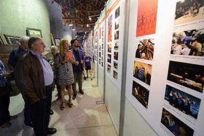 L'alcaldessa i el regidor de Cultura han visitat l'exposició acompanyats del president d'El Gra (foto: Localpres).