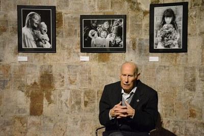 Ignasi Marroyo davant d'algunes de les fotos de l'exposició.