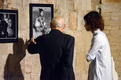 Marroyo explicant les fotografies de l'exposició