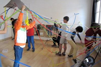L'activitat potencia el joc i el treball en grup (foto: Experimentem amb l'ART).
