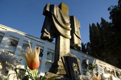 Els dies previs a Tots Sants, el cementiri amplia el seu horari d'obertura per satisfer les necessitats dels visitants (foto: Lídia Larrosa).