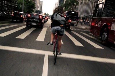 """Un fotograma de """"Bicicletes vs Cotxes""""."""