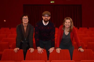 El regidor de Cultura, Moisés Rodríguez, acompanyat de Raquel Aranda, responsable del cicle, i d'Isona Passola, presidenta de l'Acadèmia del Cinema Català (foto: Localpres).