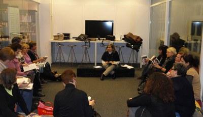 Una de les primeres reunions del club a la biblioteca (foto: cedida).
