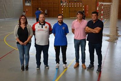 Els regidors Marta Oliva Martín i Juan López Núñez, amb els responsables de l'Handbol Rubí i del Club Esportiu Maristes (foto: Ajuntament de Rubí).