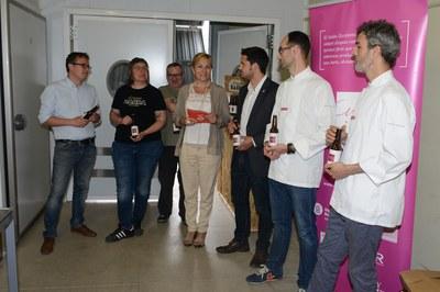 """L'alcaldessa, Ana María Martínez, ha assistit a la presentació de la nova cervesa del col·lectiu """"Cuina Vallès"""" (foto: Localpres)."""