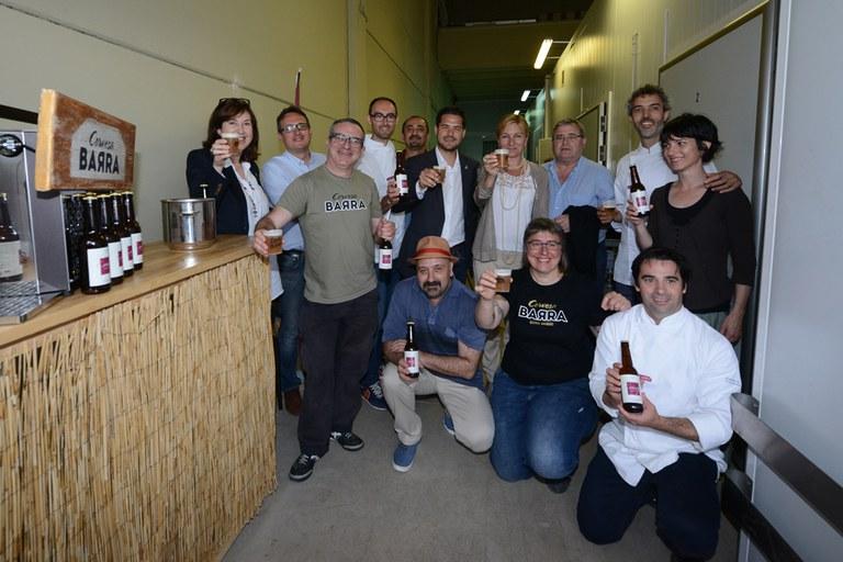 """Autoritats, restauradors i elaboradors de la cervesa han brindat amb la nova """"Golden Ale Cuina Vallès"""" (foto: Localpres)"""