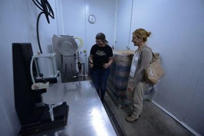 Martínez, seguint les explicacions sobre l'elaboració d'aquesta cervesa artesana (foto: Localpres)