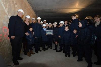 Moment de col·locació de la primera pedra al soterrani del nou edifici (foto: Localpres).