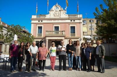 Els consellers i conselleres, amb l'alcaldessa, la regidora de l'Àrea de Serveis a les Persones i les tècniques municipals (foto: Localpres).