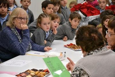 Els infants han escoltat les cançons i narracions de la gent gran.